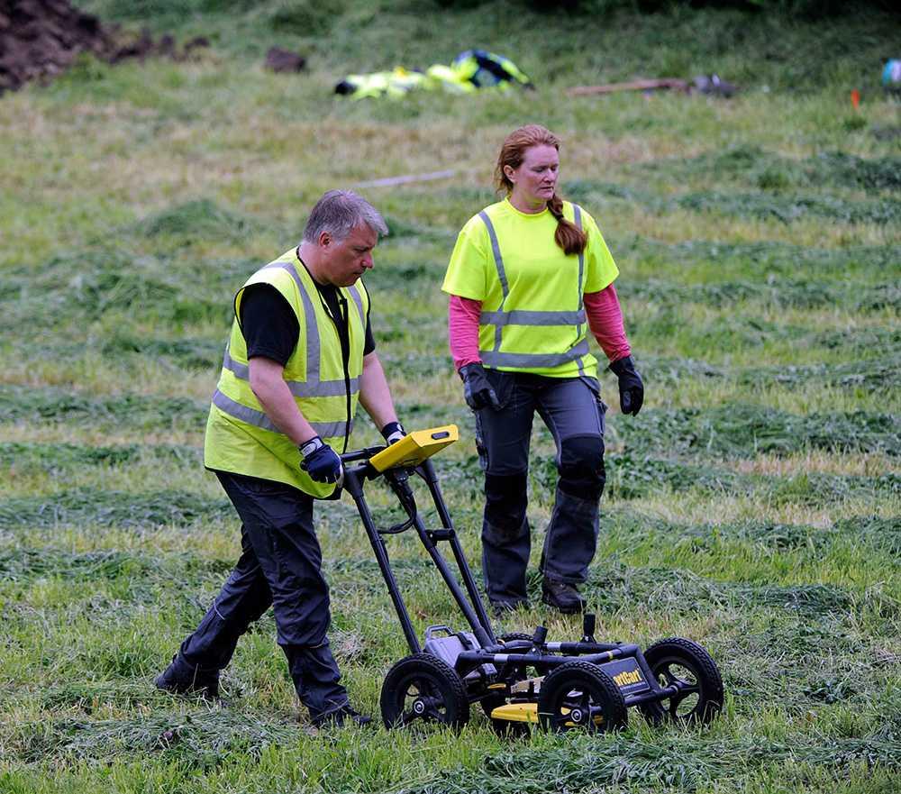 """Polisen söker med georadar efter kroppen. """"Den kan visa förändringar under markytan och där vi är och gräver nu har det gett utslag"""", säger Lina Isaksson Funke, informationsansvarig vid Kalmarpolisen."""