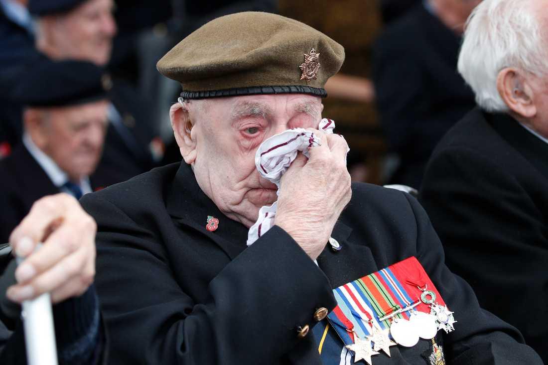 En av veteranerna som deltar i högtidlighållandet av D-dagen för 75 år sedan D-dagen torkar en tår.