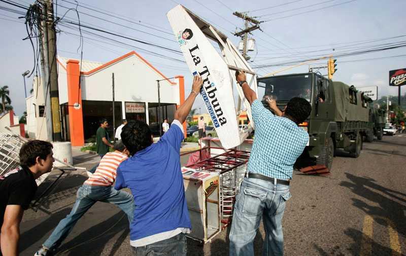 Invånare i Honduras huvudstad Tegucigalpa bygger barrikader för att förhindra att militärens trupptransporter kommer fram.