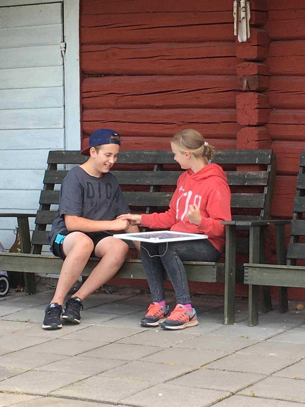 Annie, 10, och Isac, 13 testar Tråkbingo