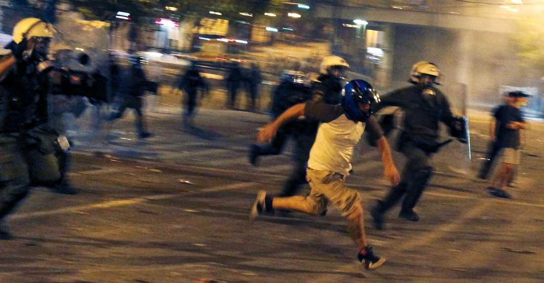 ANARKI I ATEN  Parlamentets beslut lugnade inte ner folket utan vilda strider rådde mellan demonstranter och kravallpolis under natten. Hotell och butiker blev sönderslagna och turister var tvungna att fly för sina liv.