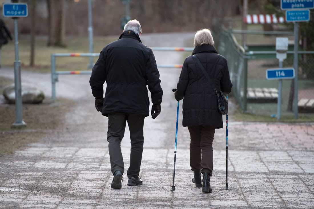Äldre människor avråds nu från att exempelvis gå ut och handla. Personer över 70 år tillhör riskgruppen för att drabbas allvarligt av coronaviruset. Arkivbild.