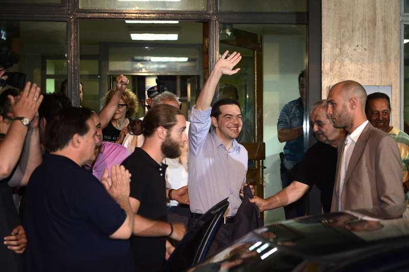 Glad Förlorare Alexis Tsipras lämnar sitt högkvarter. Han verkade märkvärdigt glad.