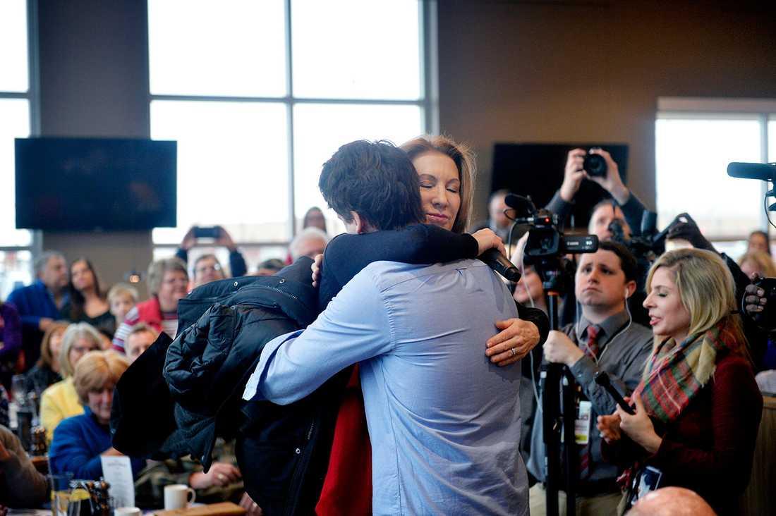 En man berättar att hans flickvän gjorde abort. Carly Fiorina ger honom en kram, stryker honom på kinden och lovar att Jesus förlåter honom. Sedan ber hon honom att rösta på henne i valet.