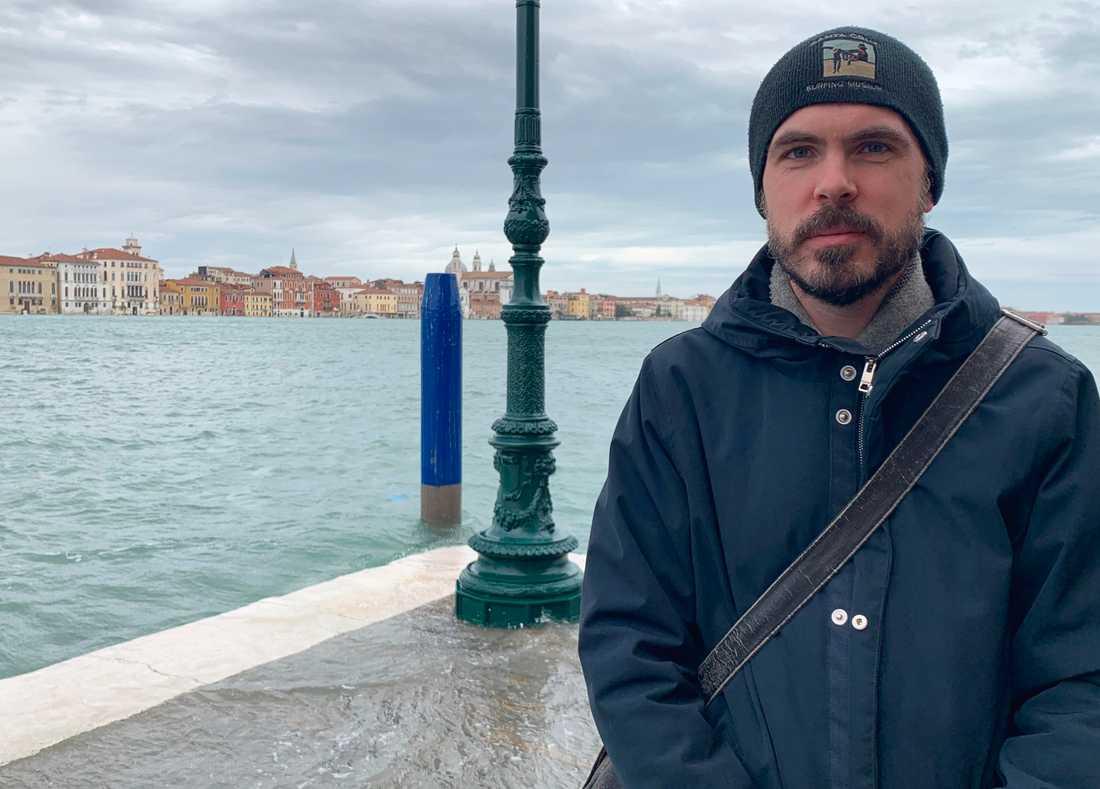 42-årige Christian Carrwik säger att vattnet går upp till vaderna intill hans hotell på ön Giudecca i Venedig.