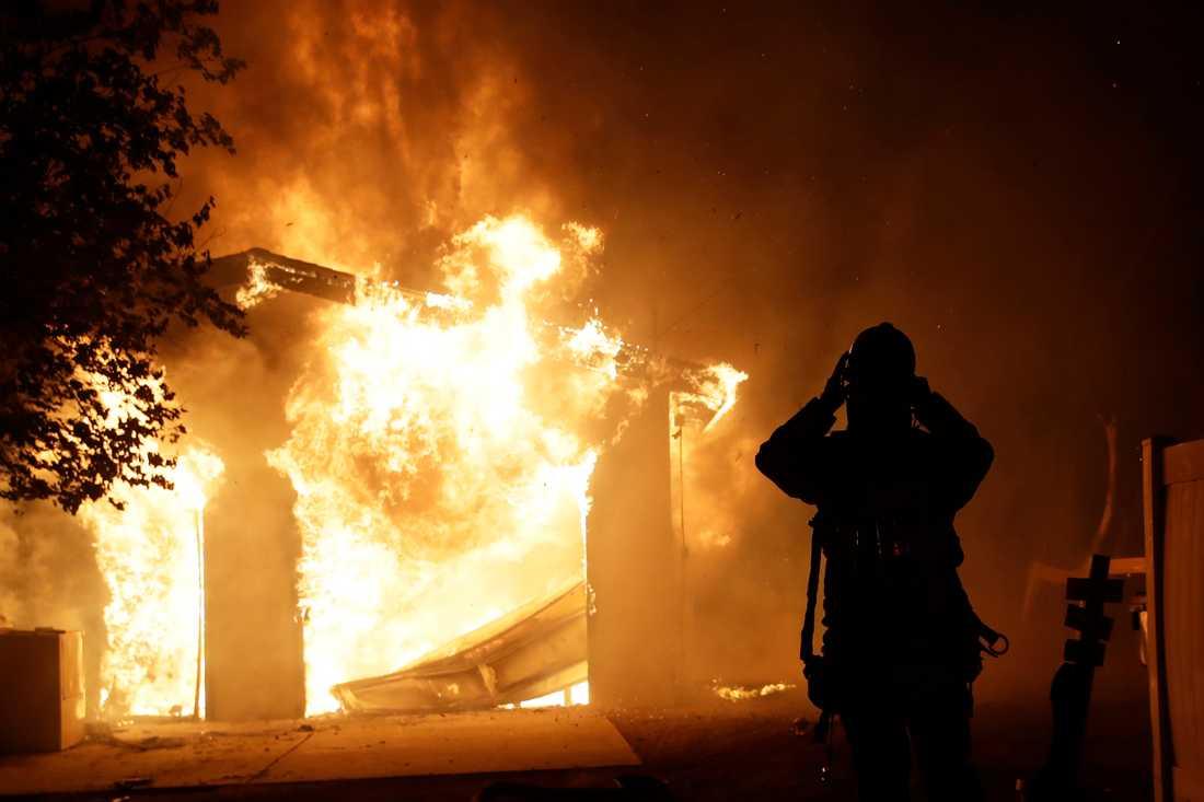 Ett hus brinner i Santa Clarita i Kalifornien.