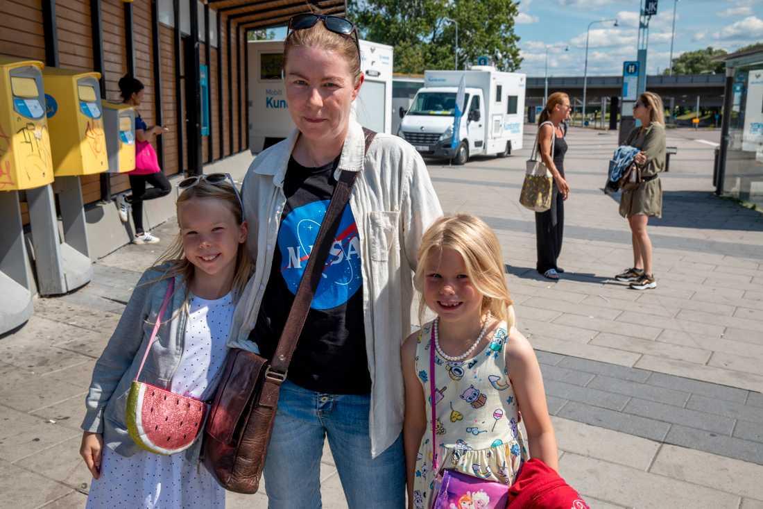 Lena Kronér tillsammans med döttrarna Rebecka och Johanna.