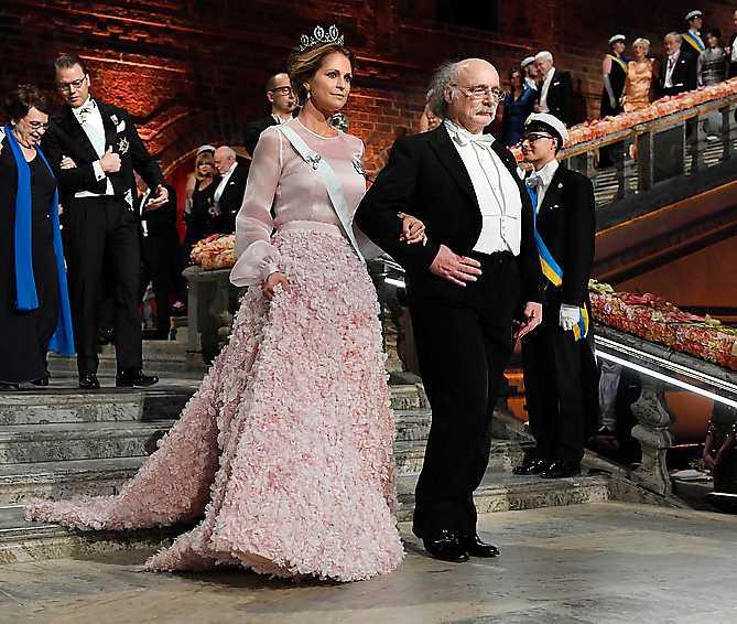 Prinsessan Madeleine anlände till Nobelfesten 2016 i Blå hallen med fysikpristagaren Duncan Haldane. Prinsessan kommer till årets fest – men hennes man Chris O'Neill stannar hemma med barnen.