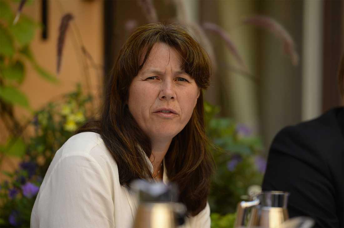 """""""Att riva ner affischer som sitter i tunnelbanan är olagligt. Det finns andra sätt att visa sitt missnöje"""", säger Åsa Romson."""