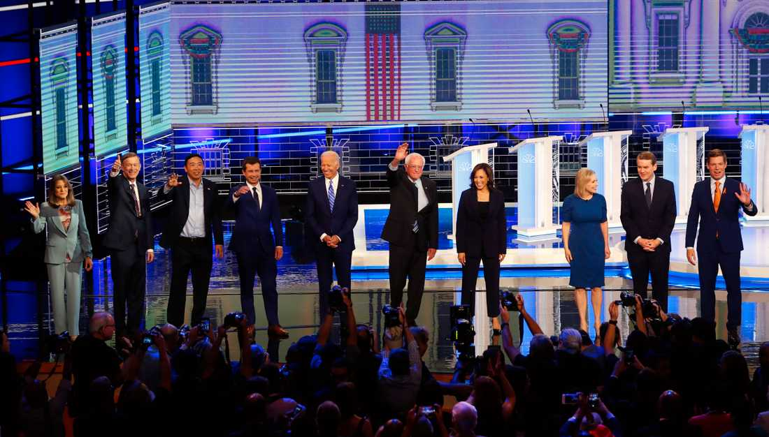 De demokratiska kandidaterna under torsdagens debatt i Miami, från vänster Marianne Williamson, John Hickenlooper, Andrew Yang, Pete Buttigieg, Joe Biden, Bernie Sanders, Kamala Harris, Kirsten Gillibrand, Michael Bennet och Eric Swalwell.