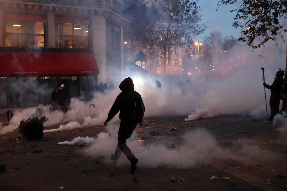 Demonstrationerna runt om i Frankrike på lördagen för pressfrihet och mot ett lagförslag om förbud att sprida bilder på poliser i tjänst var mestadels fredliga men i vissa fall utbröt våldsamheter.