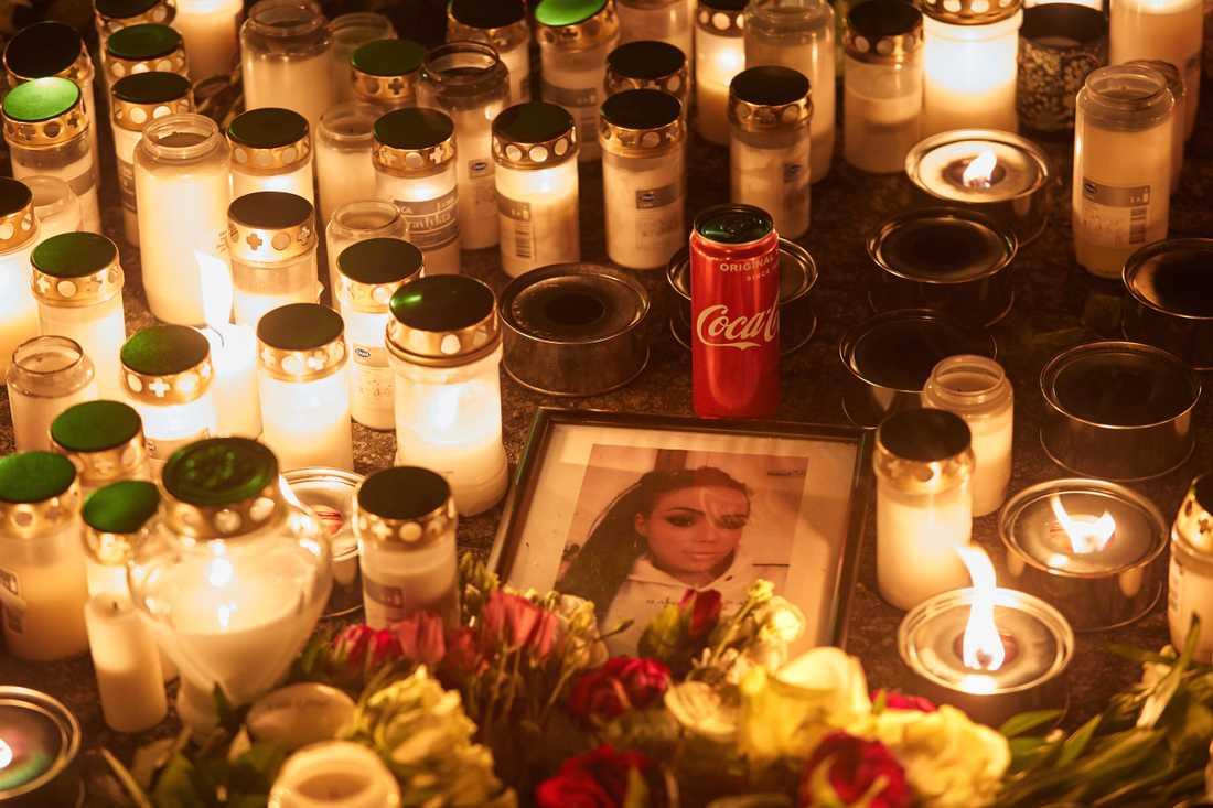 Invånare och anhöriga till mördade Emilia Lundberg möts på torget i Tollarp där de tänder ljus vid en minnesstund under onsdagskvällen.