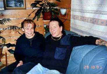 Minna Huttunen och Juha Valjakkala i Pyhäseläfängelset i Joensuu i Karelen i östra Finland. Där arbetade de sida vid sida i tvätteriet och där växte drömmen om ett nytt liv fram. Drömmen handlade om att skaffa barn och jobb. Helst av allt skulle detta ske i Danmark. 2002 rymde de tillsammans men resan för två av Finlands värsta brottslingar slutade i norrbottniska Långträsk.