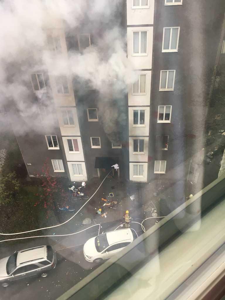 En lägenhet i Solberga söder om Stockholm har satts i brand.
