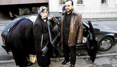 vågar inte stanna Här lämnar Eman och Hassan Ammouri Linköping för att resa till släkten i Stockholm . - Vi vågar inte stanna. Det är främst min fru och barnen som vill flytta, säger Hassan Ammouri.