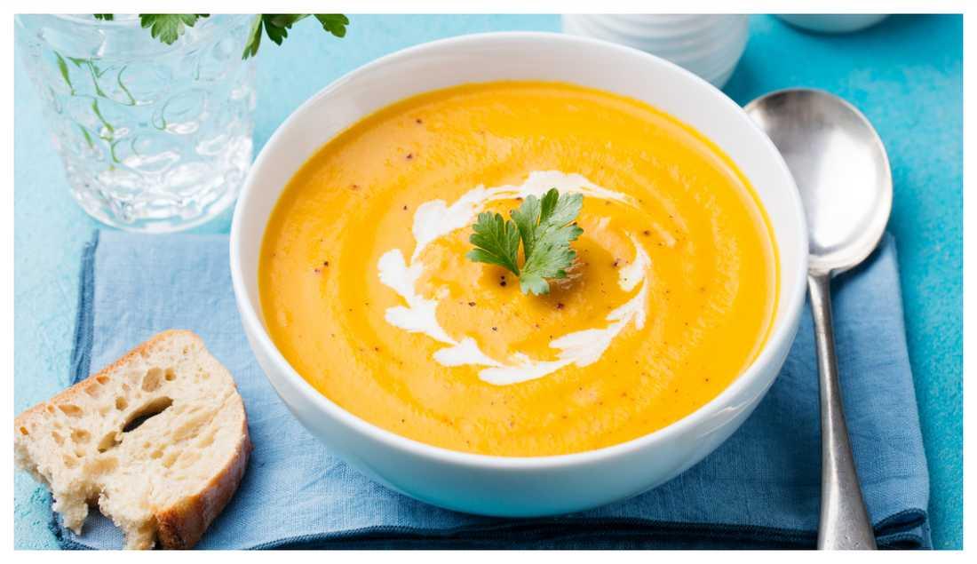 Härligt gul morotssoppa med sting av ingefära.