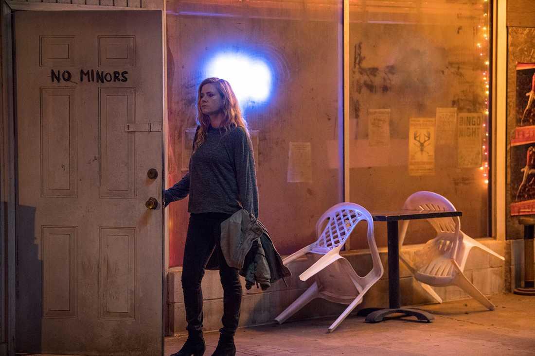 """Förhöjd närvaro. Tittarna får följa med Camille till sjukhus och sunkiga barer i """"Sharp objects""""."""