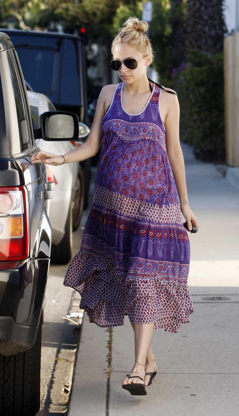 NICOLE RICHIE Så här vill jag gå klädd den dagen jag blir gravid. I mönstrade maxiklänningar, platta skor och pilotbrillor. Nicole är en moderiktig mamma.
