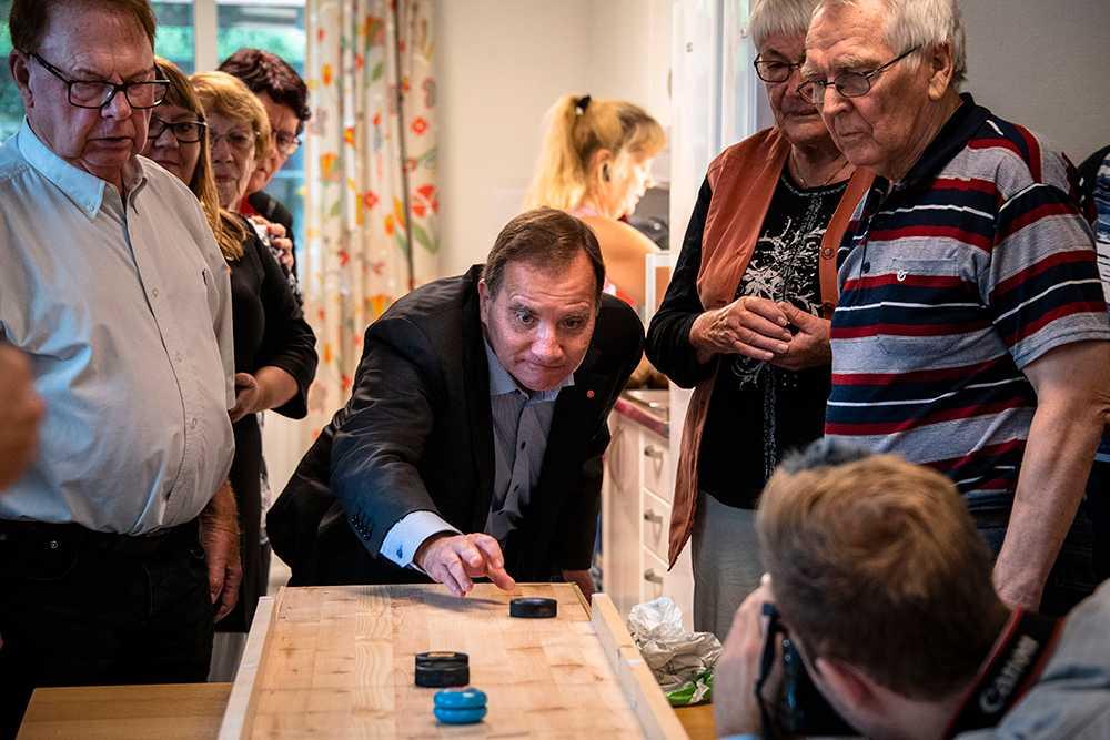 Stefan Löfven besöker Mötesplats Tunet, en mötesplats för äldre i Mjölby