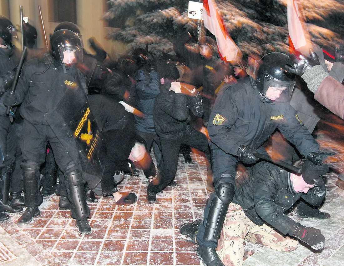 slogs blodig Oppositionsledaren Vladimir Nekljajev slogs ned av vitrysk kravallpolis. Över 40 000 demonstrerade mot valet i Vitryssland.