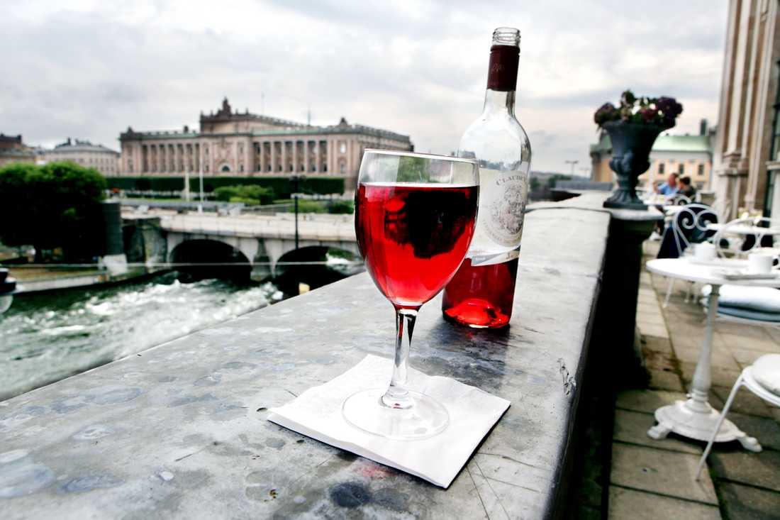 Vi borde inte förfasa oss över de politiker eller makthavare som dricker lite för mycket, menar proffsminglaren Viggo Cavling.