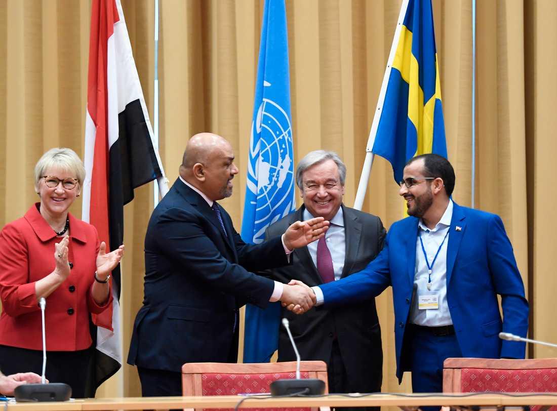 Margot Wallström och António Guterres bevittnar handskakningen mellan Jemens utrikesminister Khaled Hussein al-Yamani och rebellernas ledare Mohammed Abdulsalam. Arkivbild.