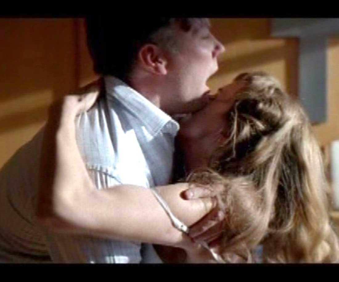 """I den svenska thrillern """"Solstorm"""" från 2007 är Izabella Scorupco, 37, och Mikael Persbrandt, 44, gamla älskare. Den en minut långa, heta sexscenen läckte ut på Youtube redan innan premiären."""