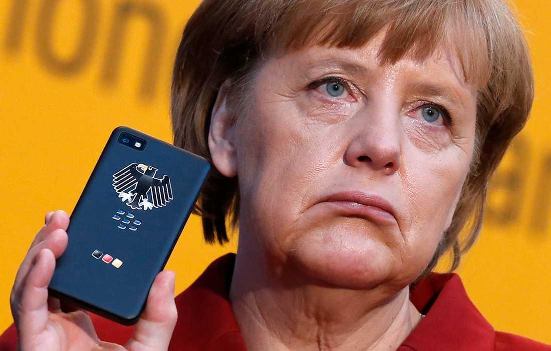 Förbundskansler Angela Merkel använder två mobiltelefoner, en krypterad Blackberry, som den här, men också en äldre Nokiamodell, som nu tros ha avlyssnats.