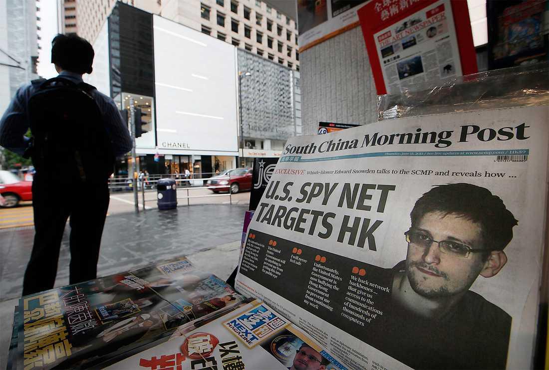 """Tidningskiosk i Hongkong efter Snowdens försvinnande.  I boken """"Storebror ser dig"""" avslöjar Glenn Greenwald hur visselblåsaren gick under jorden framför näsan på världspressen."""