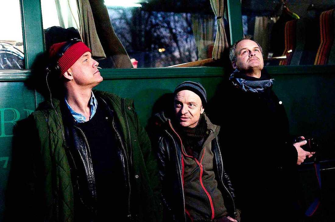 """ Johan Rheborg spelar huvudrollen i """"Allt faller"""". Även Gardell har en framträdande roll i TV4-serien. Handlingen kretsar kring deras karaktärer, två komiker, och """"bygger lite grann på verkligheten"""". Henrik Schyffert regisserar samt spelar en mindre roll."""