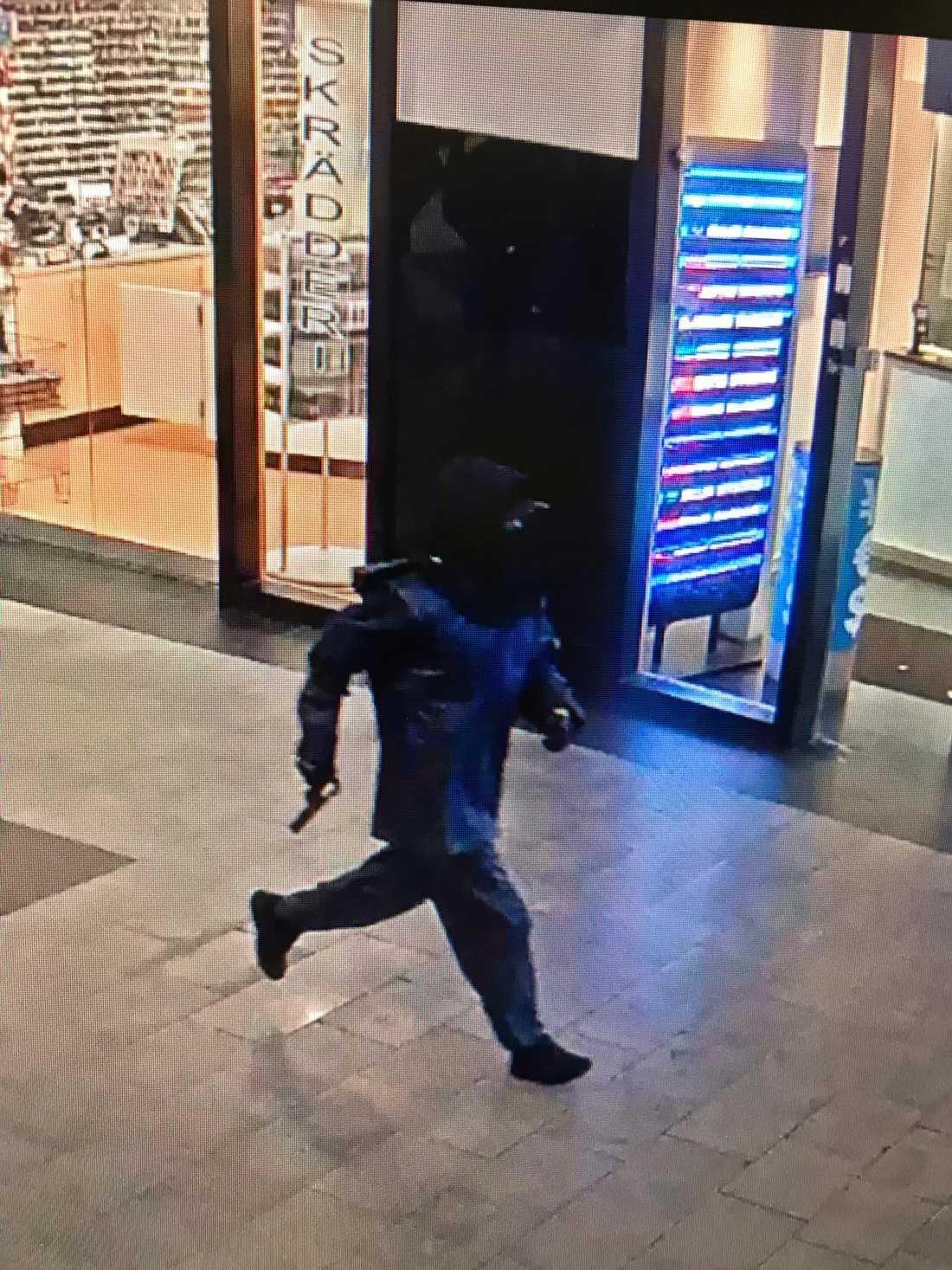 Här flyr rånaren i gallerian.