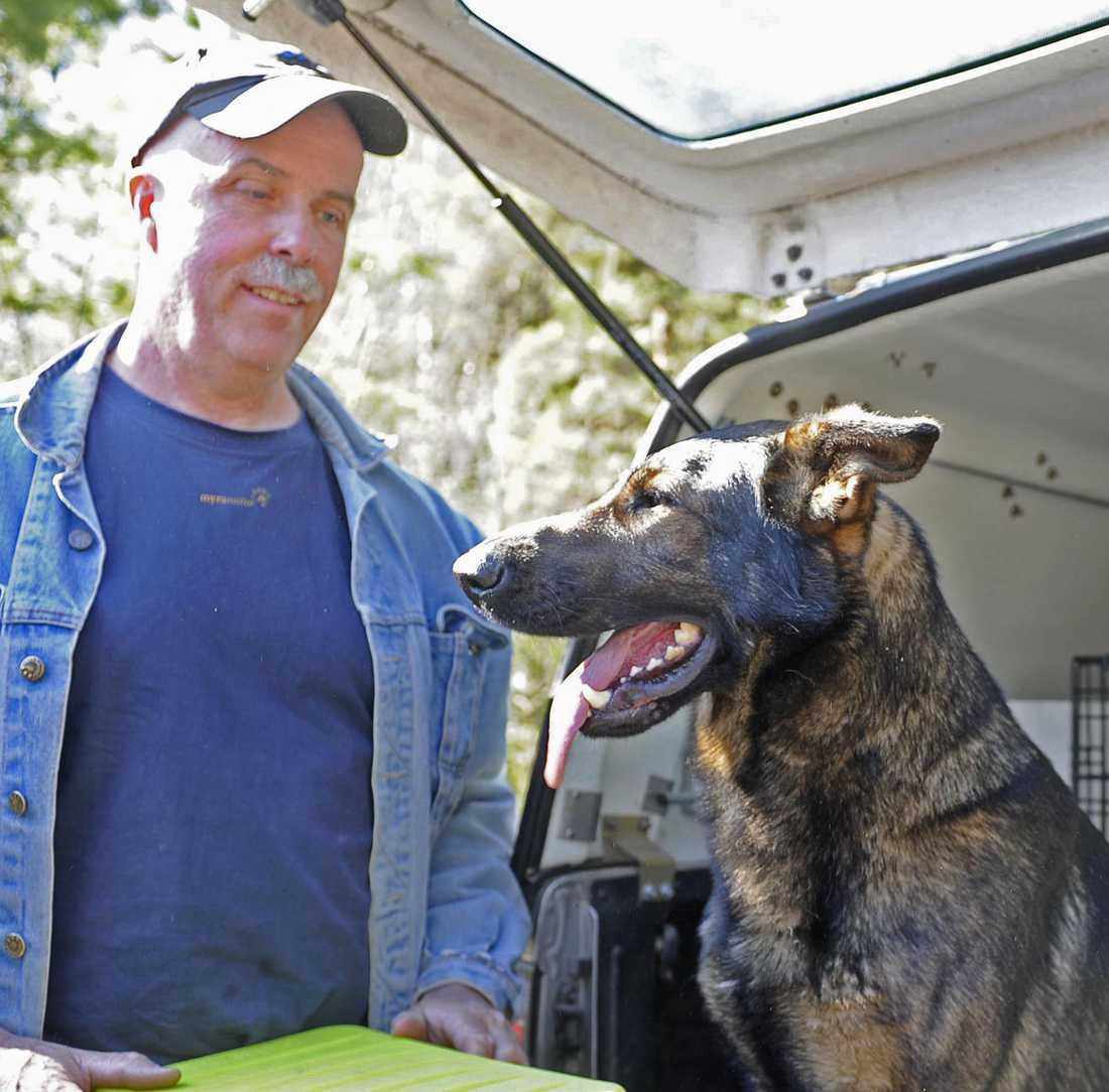Per Blomqvist från Länsstyrelsens rovdjursförvaltning med spårhunden Falco.