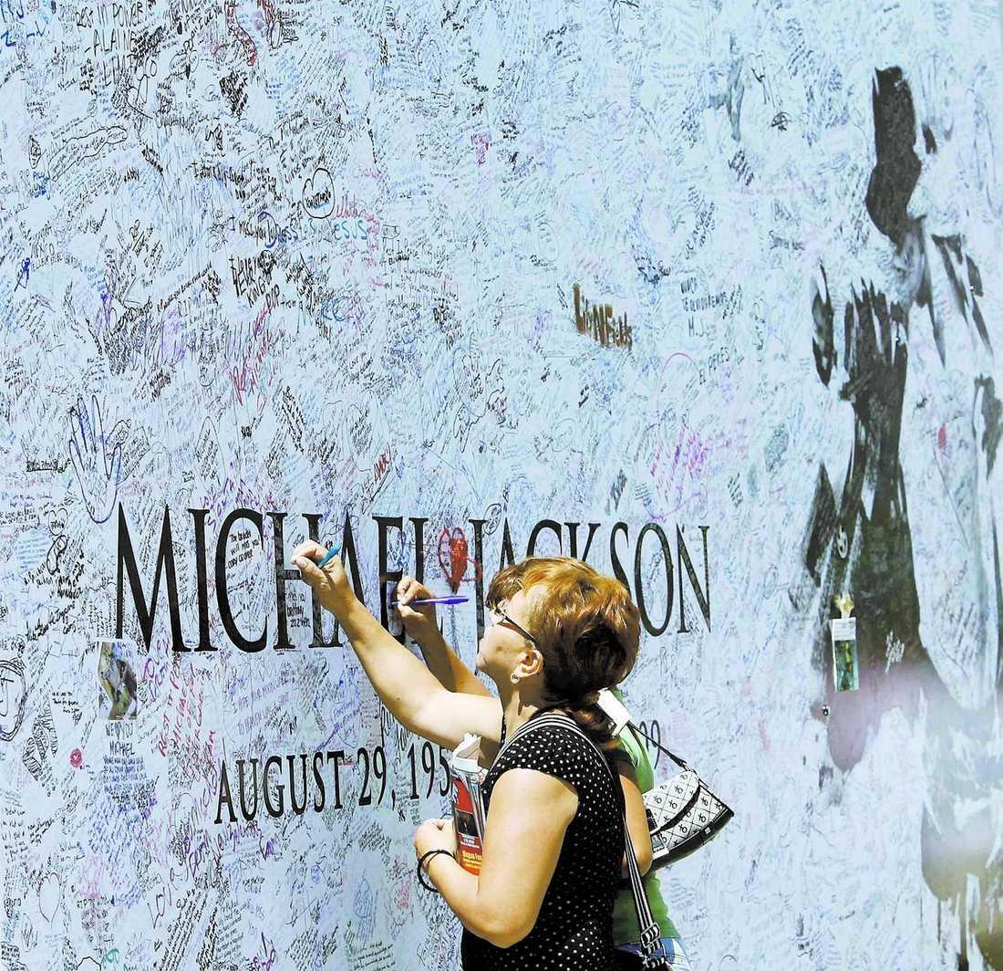 En affisch fylls av fansens hälsningar utanför Staples Center.
