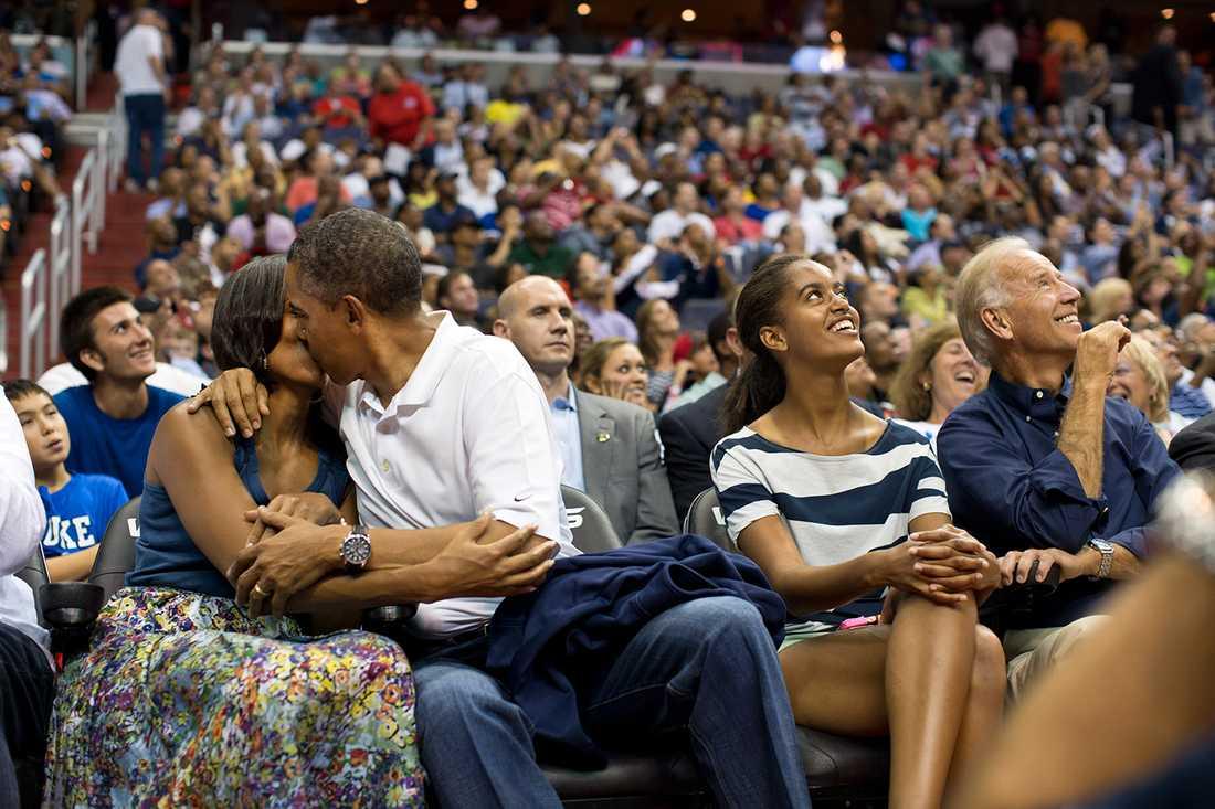 Presidenten och Michelle Obama på   basketmatch i Washington 2012.