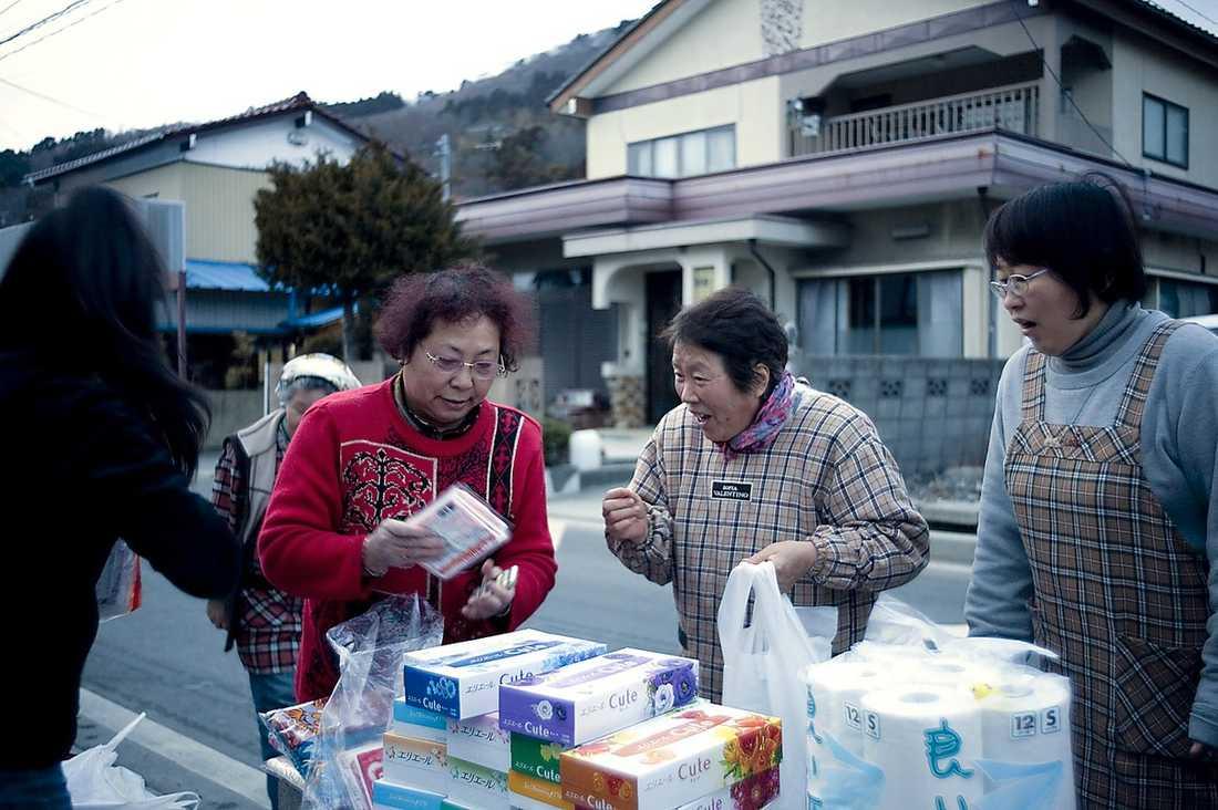 arbetar frivilligt När volontärerna delar ut mat, vatten och förnödenheter tar allt slut snabbt. Vid sidan om dem finns två andra hjälpinsatser: militären och staten. Men inget samarbete sker sinsemellan.