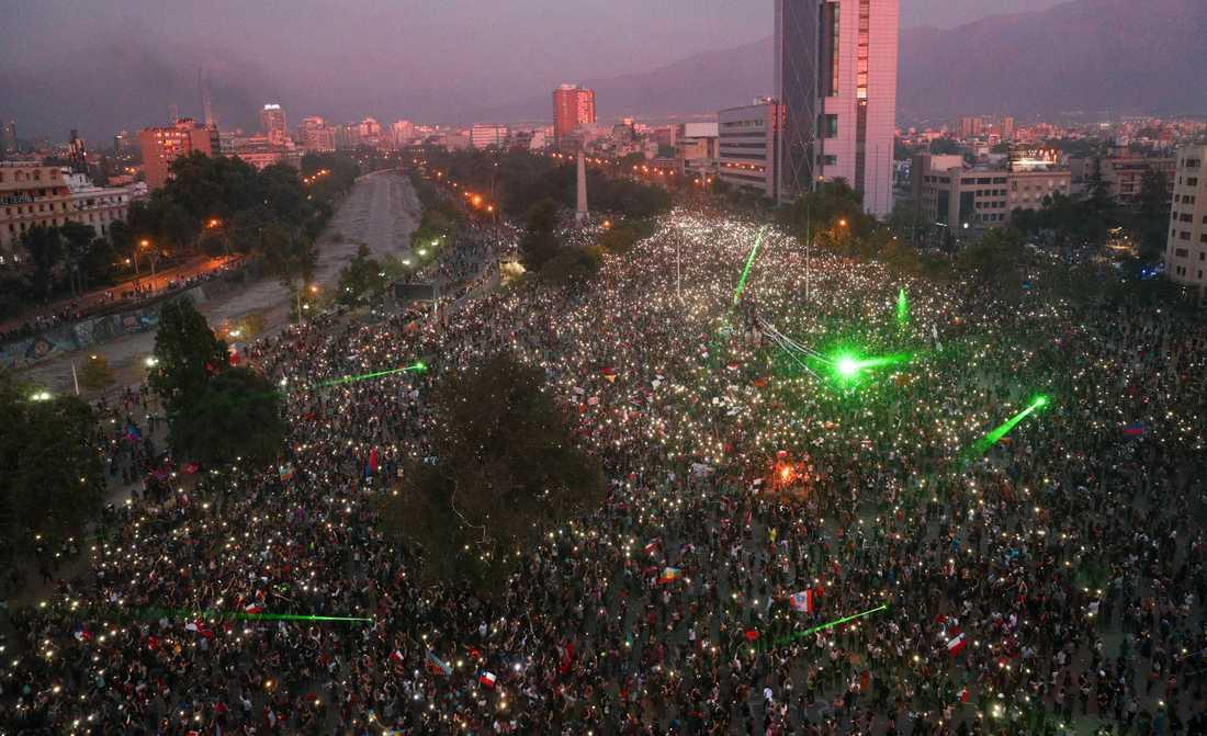 Tiotusentals demonstranter samlades vid Plaza Italia i Santiago på fredagskvällen.