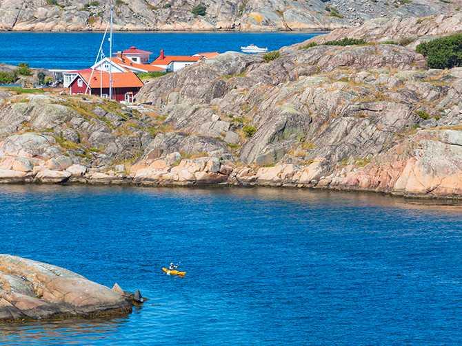 Kajakpaddling mellan skärgårdsöarna.