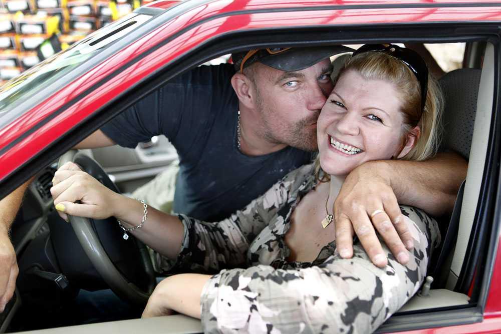 """Ingen fegis Johnny Johansson, 38, är inte alls rädd när sambon Helene Björk sitter bakom ratten: """"Nej, inte det minsta."""""""