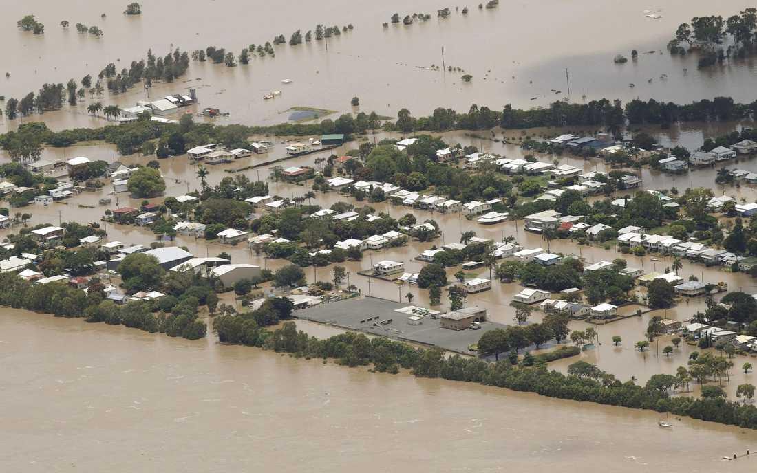 HELA STAN UNDER VATTEN En stor del av den nordöstra kusten av Australien är översvämmad. Här ett villaområde helt under vatten i staden Rockhampton i Queensland.