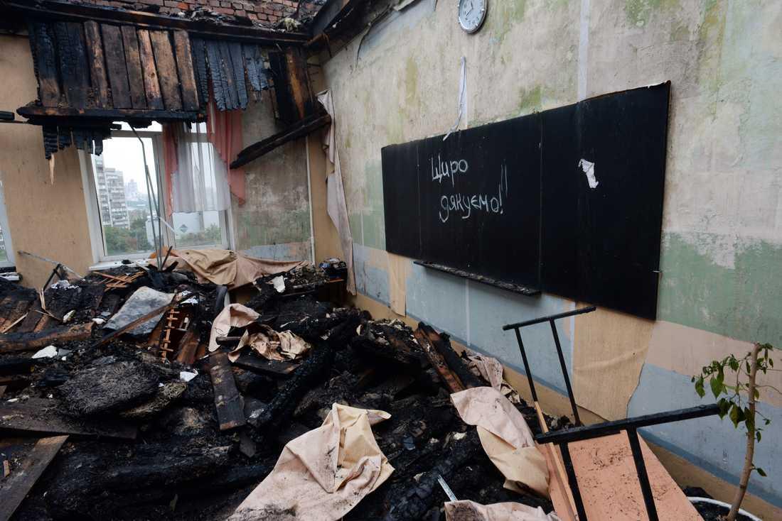 Skolan på bilden ligger i Donetsk, och utsattes för en granatattack 2014. Arkivbild.