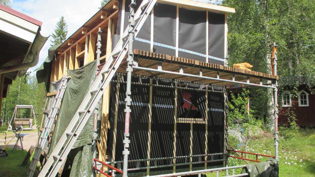 Huset är bara 15 kvadratmeter plus loftet - men högt i tak.