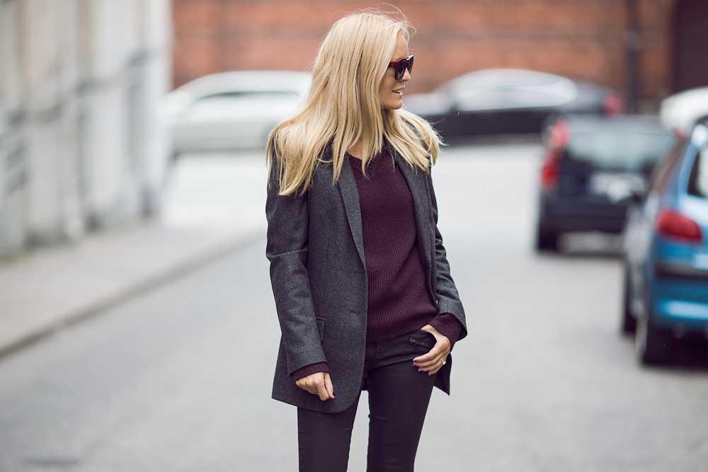 Sofi har på sig en tröja från Filippa K, blazer från Dagmar och solglasögon från Céline.