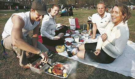 äntligen premiär Rickard Lebbin, Veronica Westman, Emil Hoolme och Linda Sundberg njuter av årets första picknick i Rålambshovsparken i Stockholm. De råder alla att ta med en varm tröja då det kan bli kallt fram mot kvällen.