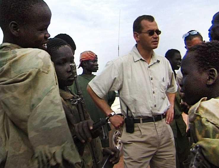 """I en dokumentärfilm från 2001 syns Lundin Oils ordförande Ian Lundin omgiven av beväpnade barnsoldater. Enligt filmaren Bengt Nilsson tillhörde soldaterna Paulino Matips styrkor. Ian Lundin har förnekat att det förekommit barnsoldater i företagets prospekteringsområden i Sydsudan. """"Vi har aldrig haft beväpnade vakter vid våra anläggningar. All vår säkerhetspersonal var obeväpnad och endast inblandad i projekt som rör samhällsutveckling."""""""