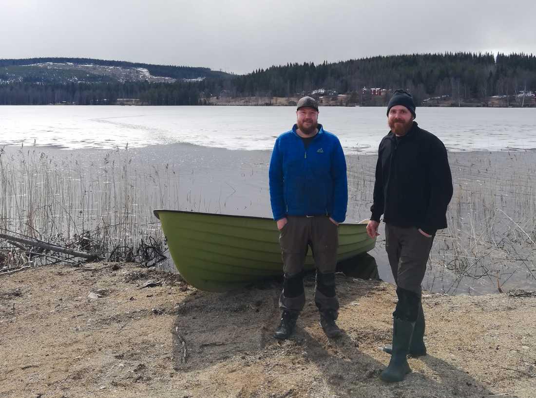 Hans Valtersson och Anton Engelmark ryckte ut för att rädda en rådjursbock som gått genom isen.