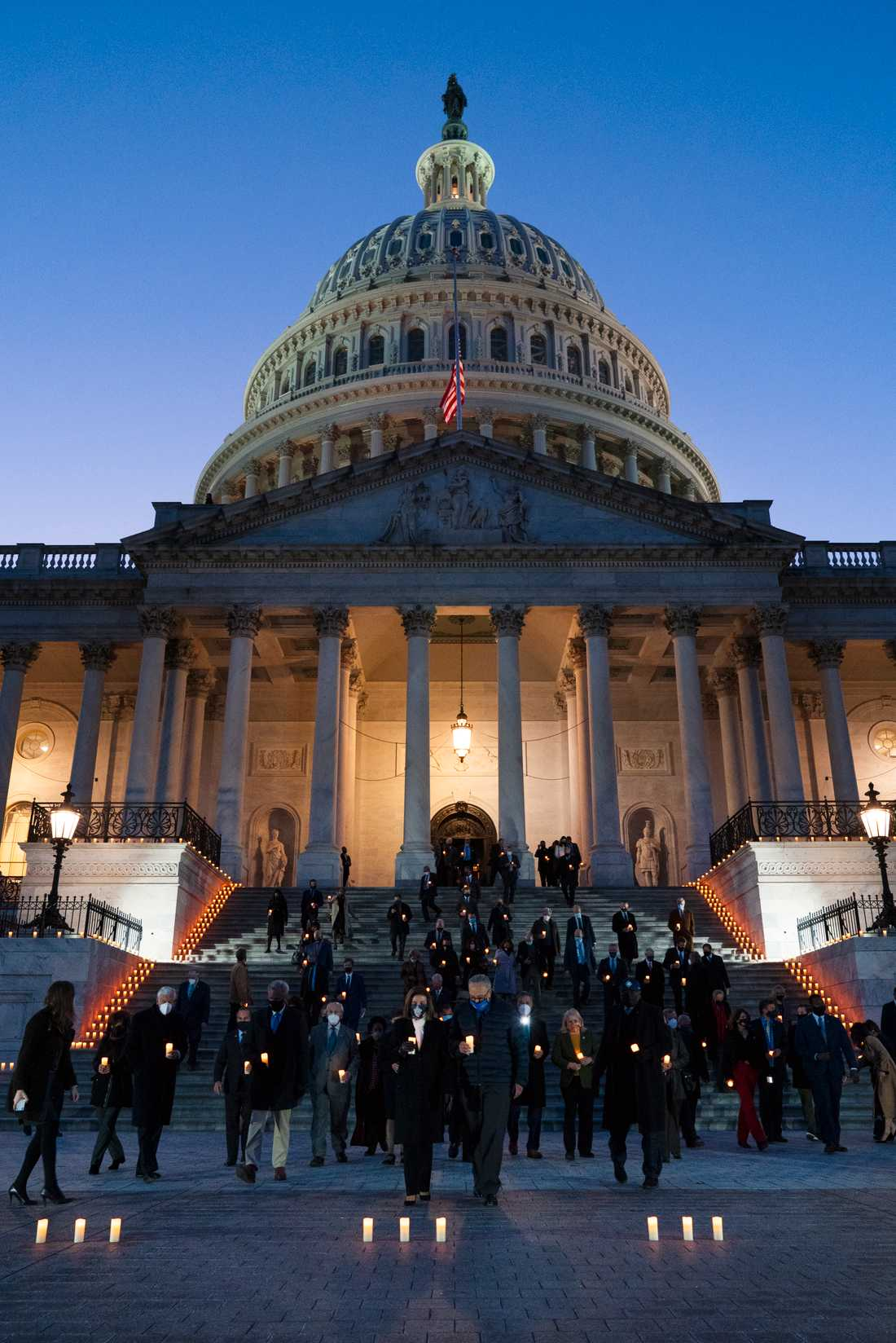 Över 520000 människor har dött av covid-19 i USA. Bilden togs vid en minnesstund för de avlidna, som kongressledamöter från båda partierna deltog i, i februari.