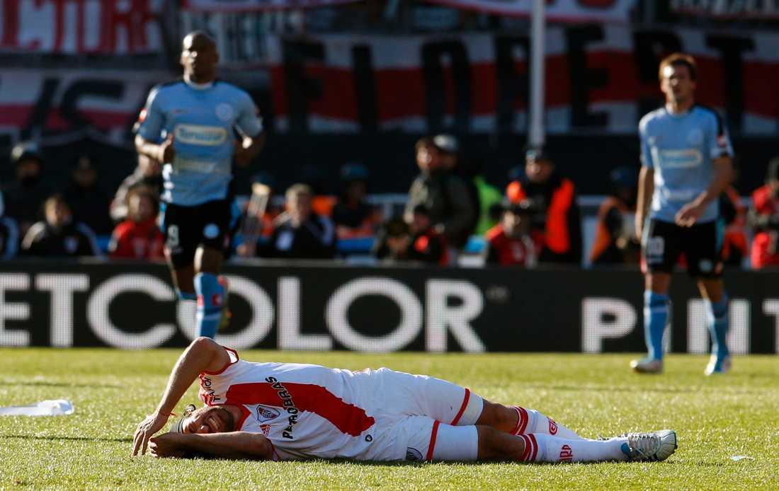 River Plate's Mariano Pavone deppar efter att klubben bara fått 1–1 mot Belgrano och därmed flyttats ner till andradivisionen.