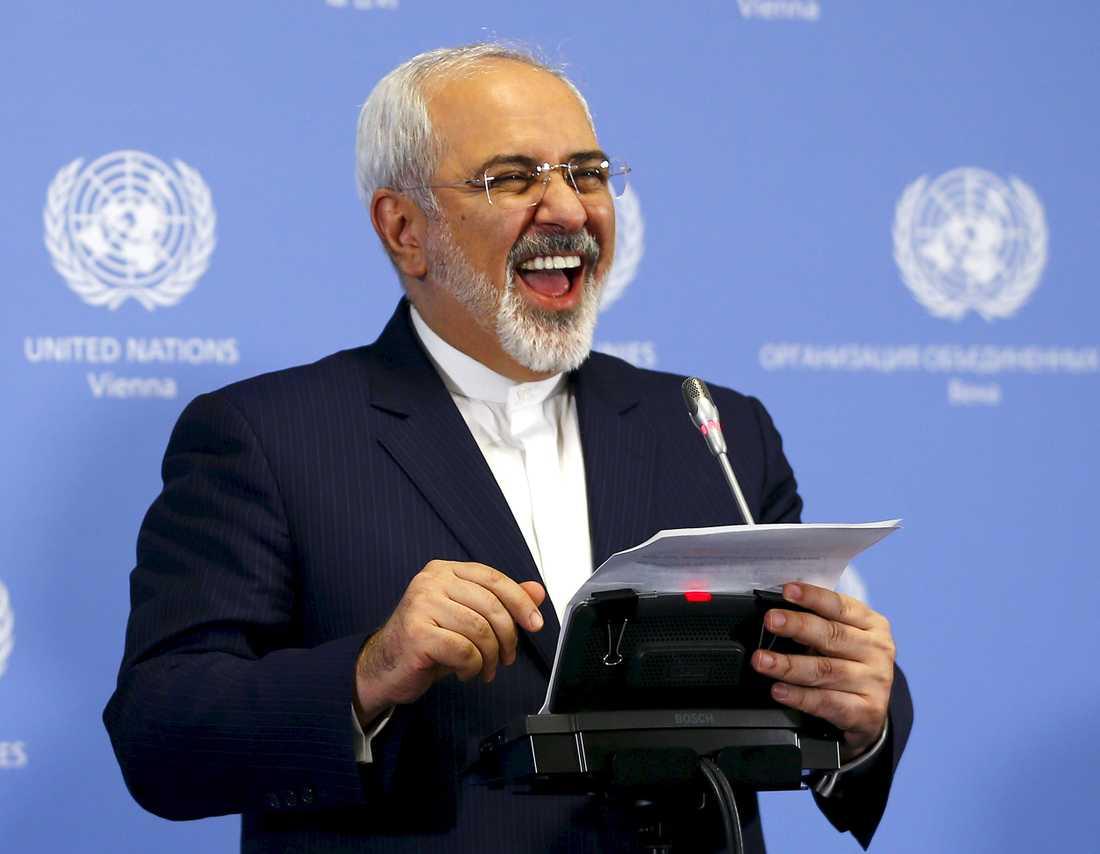 Irans utrikesminister  Mohammad Javad Zarif är glad på lördagskvällens presskonferens i Wien.
