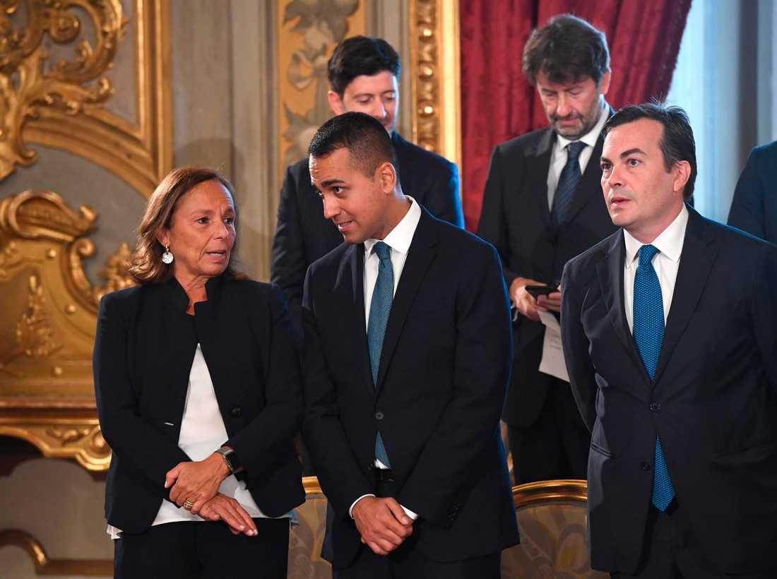 Luciana Lamorgese, ny inrikesminister, samtalar med utrikesministern Luigi di Maio under ceremonin i presidentpalatset.