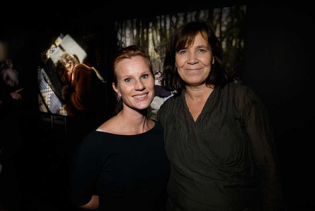 Linda Hedström Eriksson, som jobbar med insamling för UNHCR, och Katinka Lindholm, generalsekreterare för FN-organet i Sverige, gladdes åt utställningen vars intäkter går till UNHCR:s arbete i Syrien.
